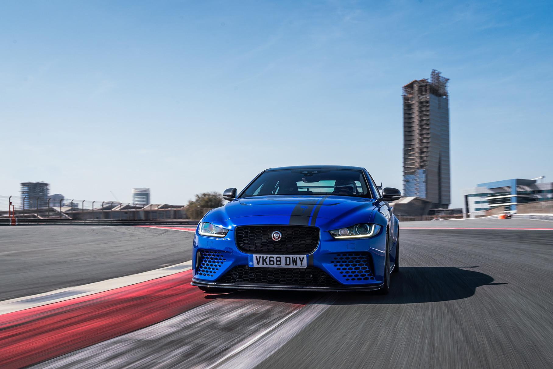 Видео: 600-сильный Jaguar XE устанавливает рекорд трека в Дубае