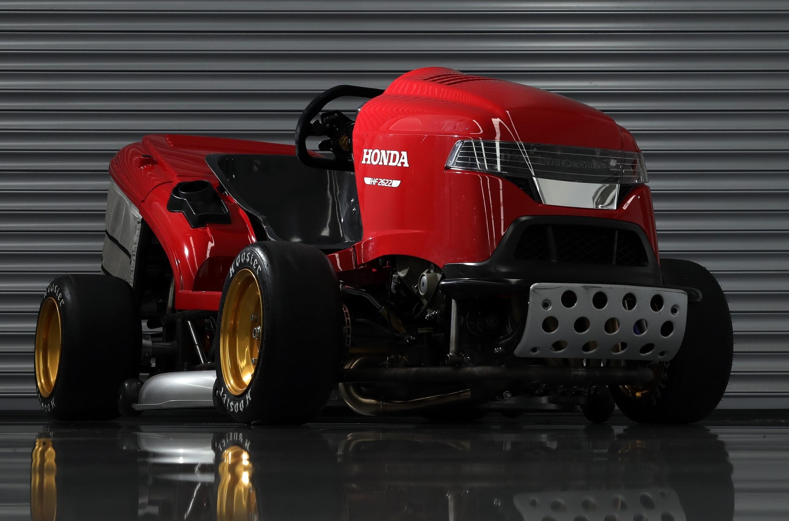 Honda «уместила» в газонокосилке три суперкара NSX