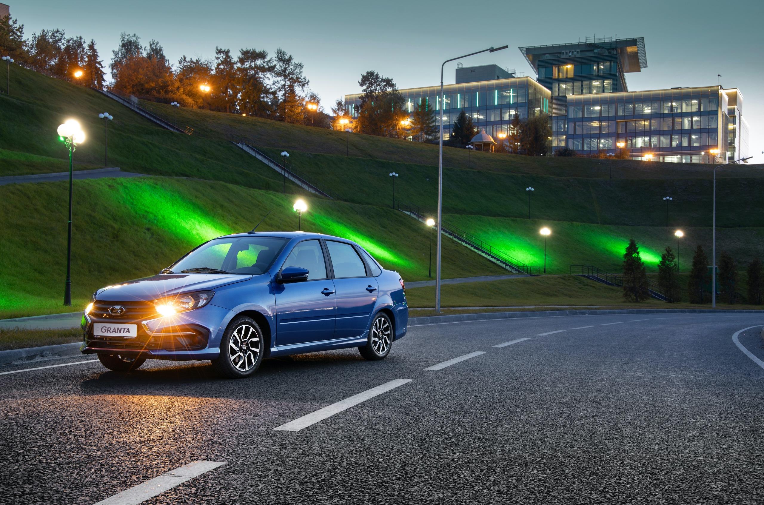 Продажи новых автомобилей в России упали вдвое
