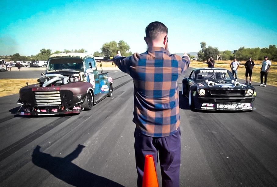 Видео: 70-летний грузовик Ford против 1400-сильного Ford Mustang Кена Блока