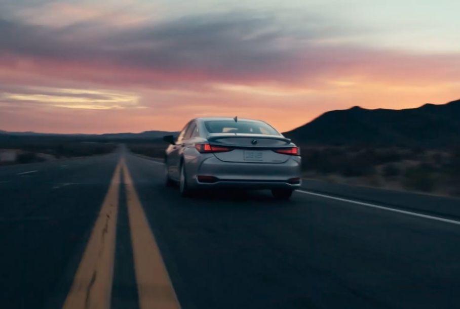 Lexus показал обновленный ES на видео