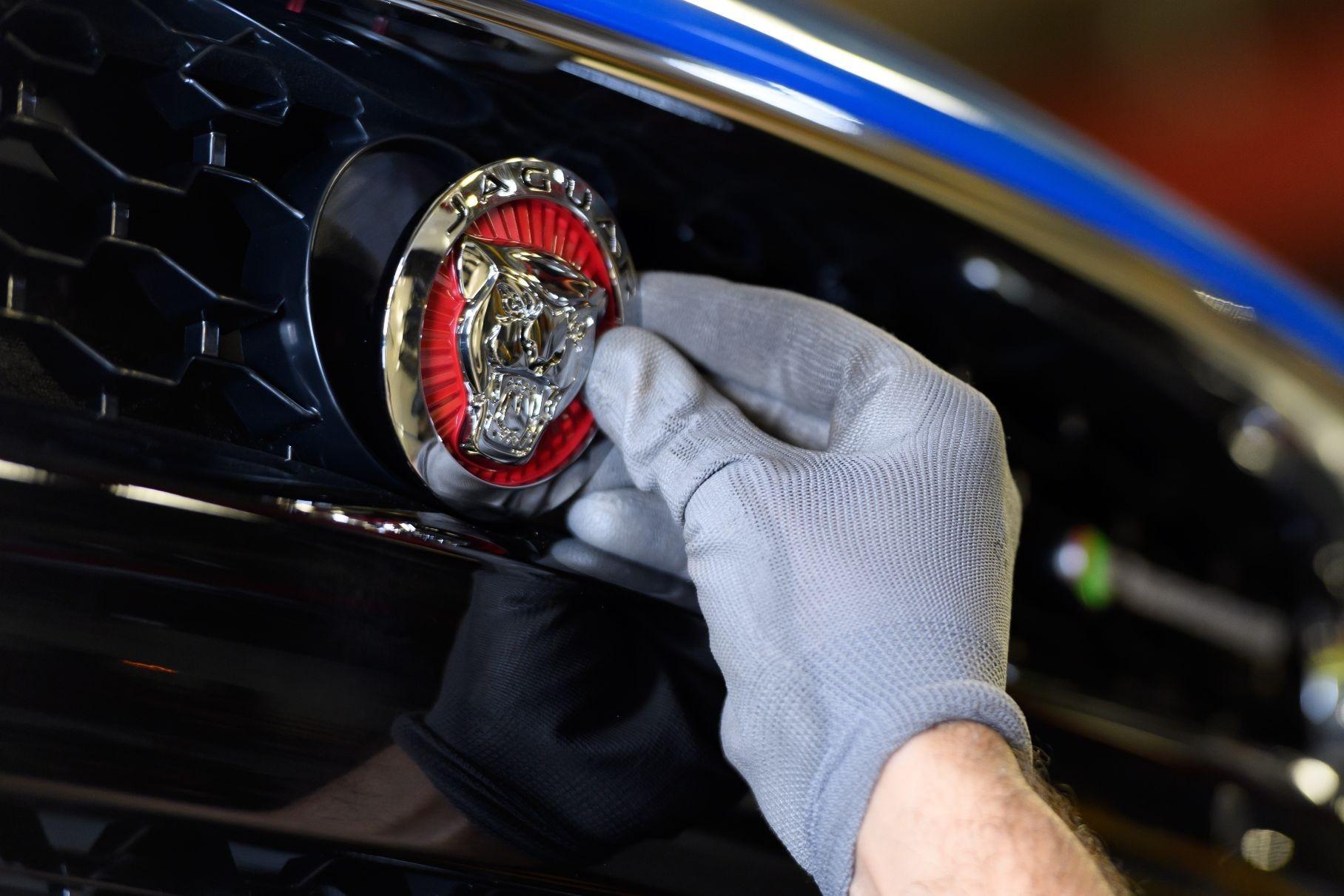 Jaguar Land Rover вынуждена остановить сборку машин из-за нехватки деталей