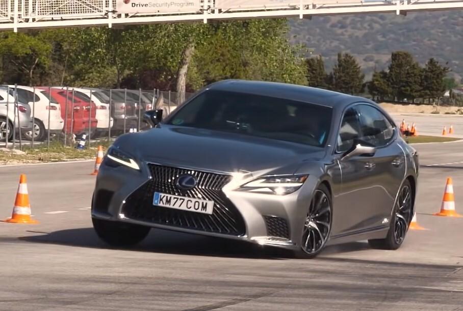 Обновленный Lexus LS проверили тестом на лося