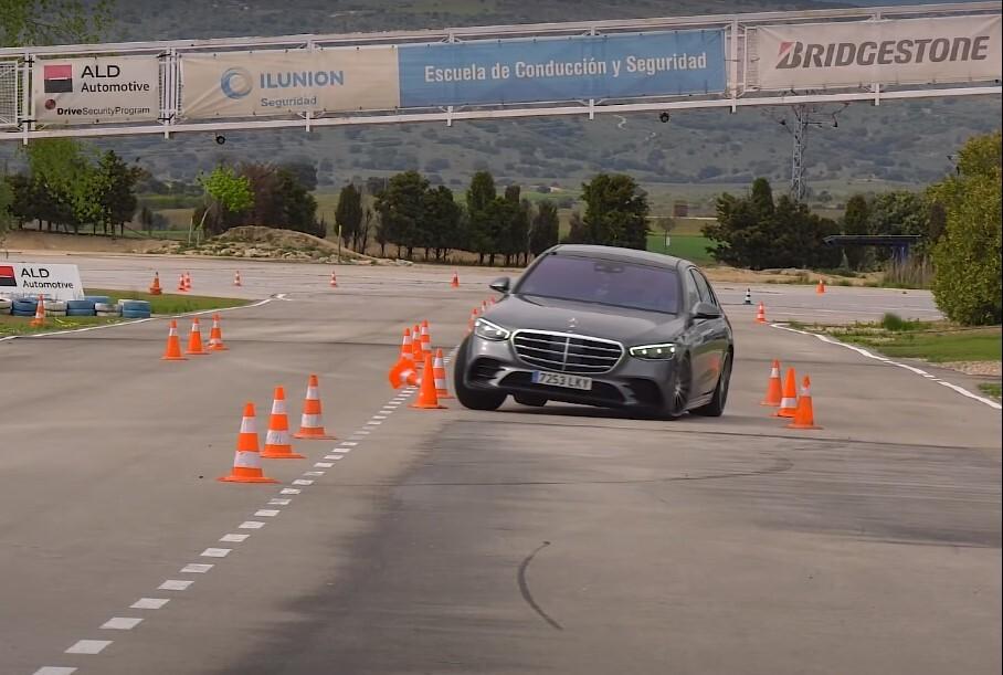 Видео: новый Mercedes-Benz S-класса с треском провалил лосиный тест