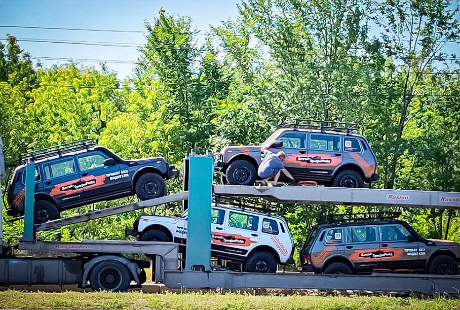 Экстремальную Lada Niva Legend Bronto засняли на автовозе по пути на соревнования