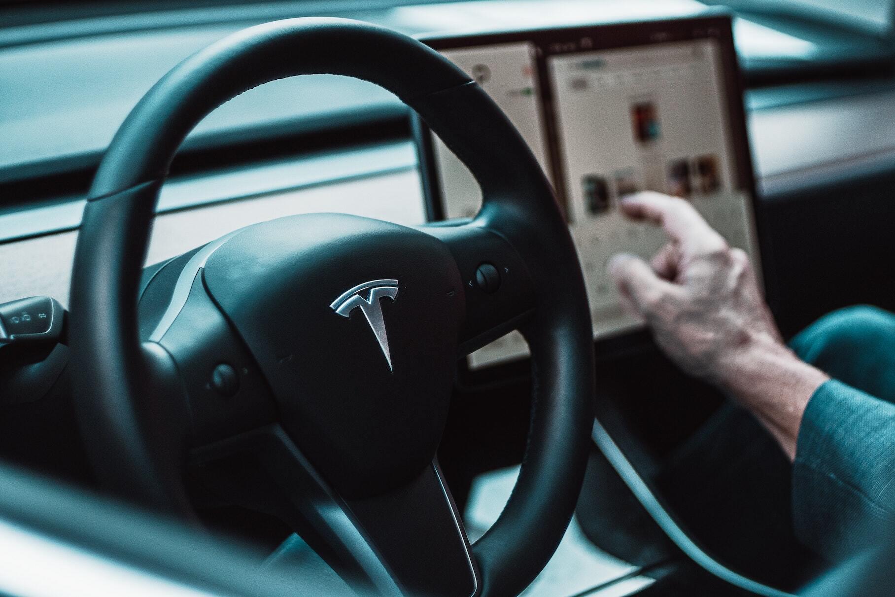 Чистая прибыль Tesla впервые в истории превысила миллиард долларов