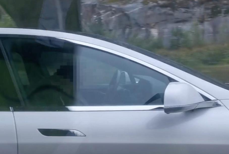 Видео: пьяный водитель уснул за рулем Tesla во время движения