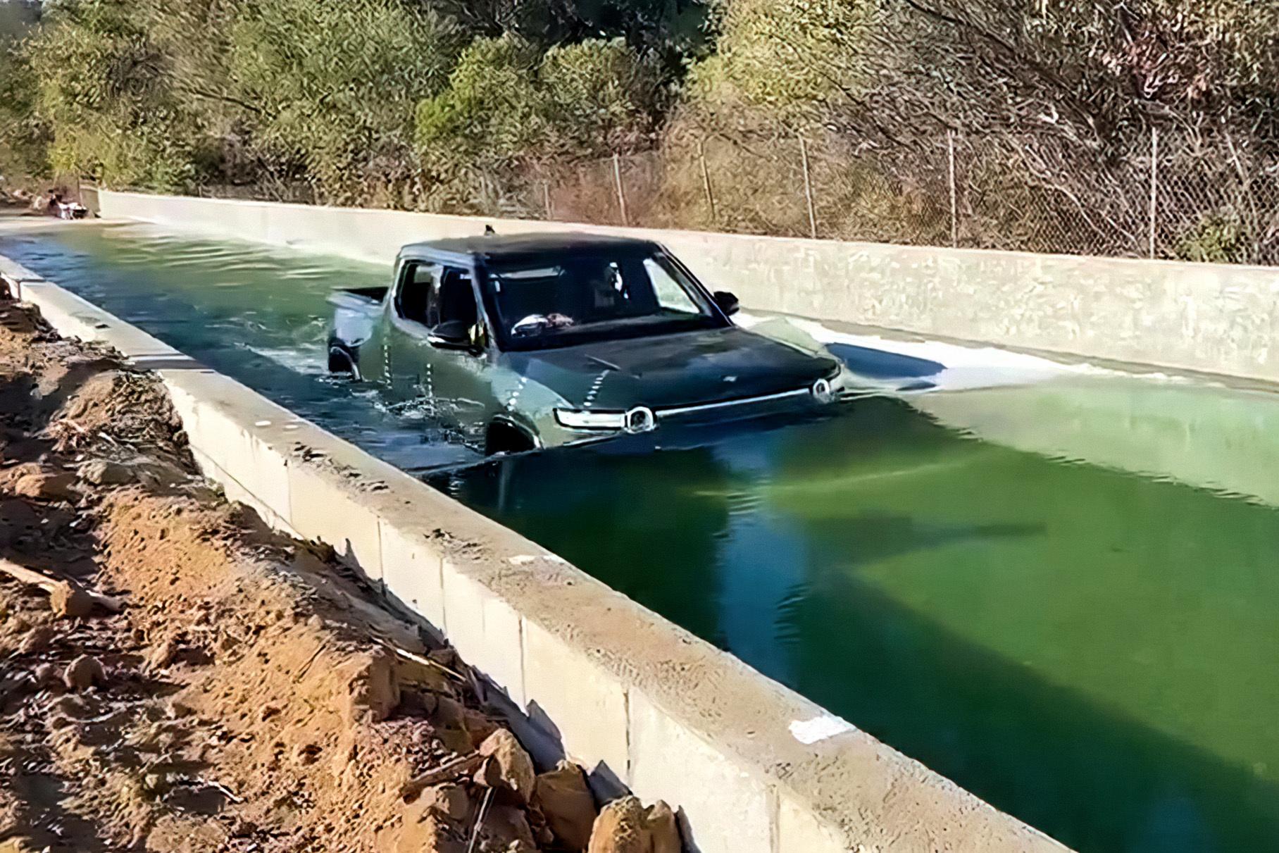 Видео: электрический пикап Rivian погрузили в воду по капот. И он едет