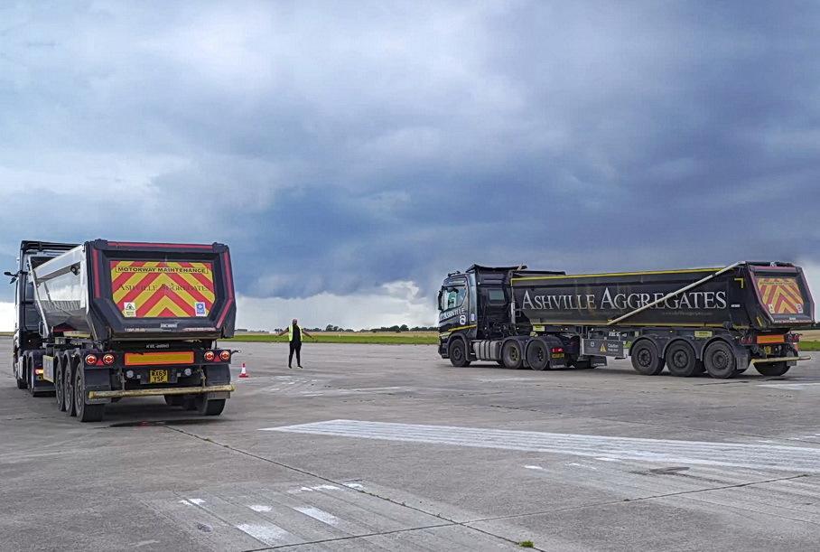 Видео: 44-тонные седельные тягачи устроили гонки на прямой