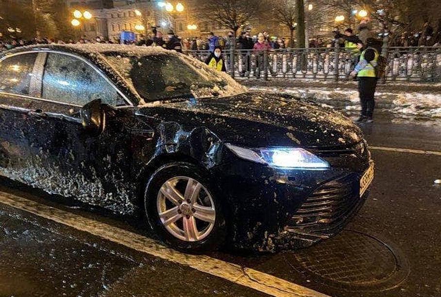 Видео: в Москве протестующие разбили спецавтомобиль ФСБ