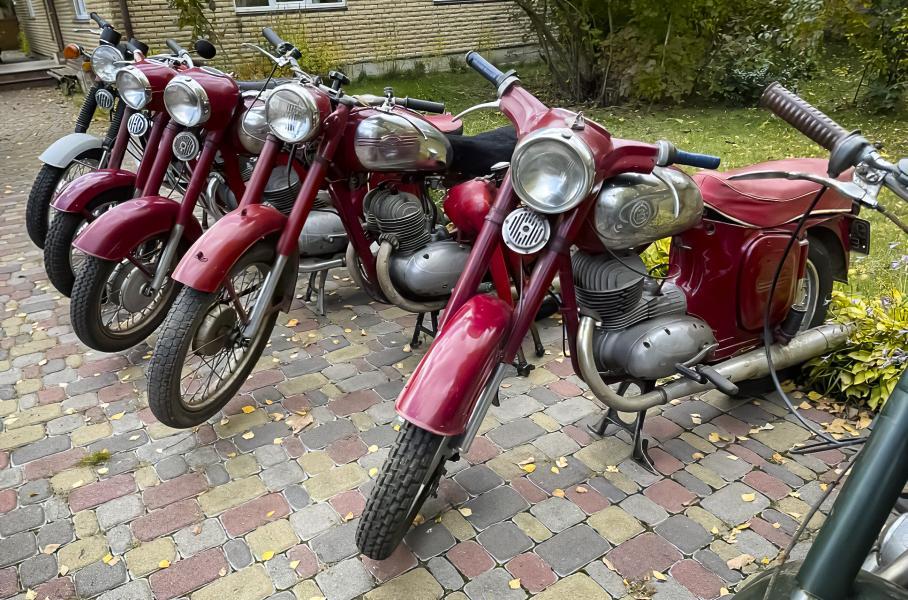 Видео: энтузиаст собрал огромную коллекцию редких мотоциклов, советских и не только