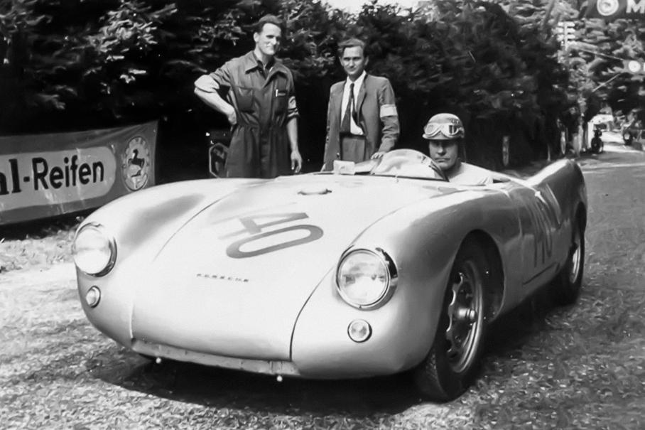 Фурман и механик Эберхард Шторц рядом с Porsche 550 Spyder. За рулём — Ганс Штук-старший