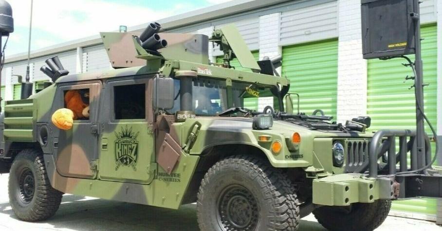 На торги выставлен бронированный армейский внедорожник с муляжом пулемёта